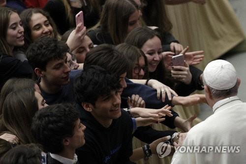"""10대 청소년들 만난 교황 """"스마트폰 노예 안돼요"""""""